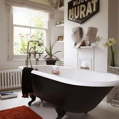 Clawfoot bathtub, black.