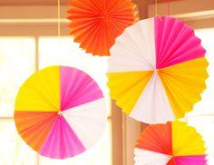 Unos decorados colgantes de papel para una fiesta neón / Hanging paper decorations for a neon party