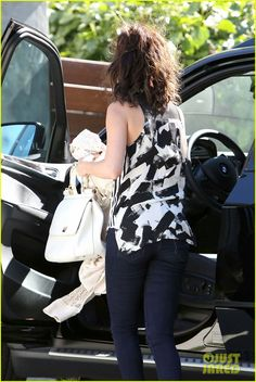 Selena Gomez Grabs Starbucks Before Visiting a Friend | selena gomez grabs starbucks before visiting a friend 18 - Photo Gallery | Just Jared