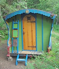 Charming vardo - Ginn Book Artists - Exterior and details of our Gypsy Wagon