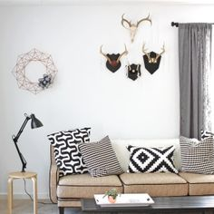 ❤️Add interest to a beige couch with striking monochrome colours. Black and white will always work.