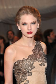 Taylor Swift Makeup & gown