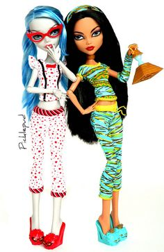 Dead tired Ghoulia & Cleo