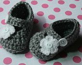 Crochet baby shoes Gray and white baby girl mary janes shoes slippers white flower newborn 0-3 3-6 baby girl gift