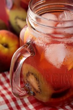 White Sangria with Summer Fruits - recipe  is in French
