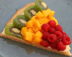 Fruit Pizza - What a fun and colorful snack idea for after school! For more creative ideas for kids lunches LIKE US on Facebook @ https://www.facebook.com/SchoolLunchIdeas