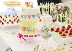 Una mesa de dulces para una fiesta buho, con colores alegres y dulces / A sweet table for an owl party, with happy colours