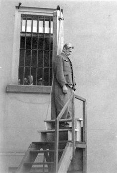 Prague, Czechoslovakia, 22/05/1946, The hanging of Karl Herman Frank.