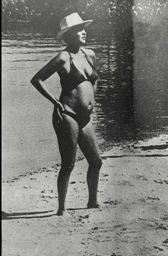 Leila Diniz - (1945-1972) foi uma atriz brasileira, quebrou tabus de uma época em que a repressão dominava o Brasil, escandalizou ao exibir a sua gravidez de biquini na praia, e chocou o país inteiro ao proferir a frase: Transo de manhã, de tarde e de noite. Considerada uma mulher à frente de seu tempo, ousada e que detestava convenções.