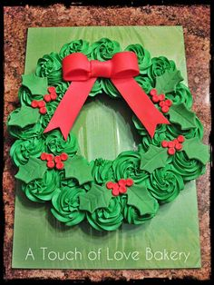 Christmas Cupcake Wreath #atouchoflovebakery