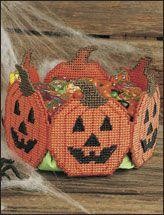 canva halloween, plastic canvascrochet, canva craft, jack o lanterns, caneva, canva idea, baskets, jackolantern treat, treat basket