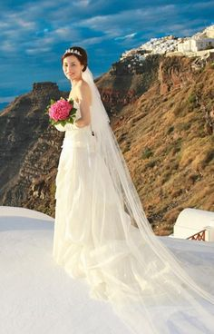 Long wedding veil | #Santorini #weddings