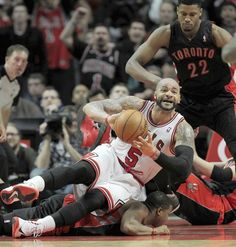 Bulls forward Carlos Boozer passes out to teammate Nate Robinson.