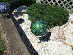 green gazing ball image by maymewyns - Photobucket garden junk, bowl ball, garden totem, gaze ball, garden sculptur, garden craft, ball imag, bowling ball