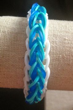 Rainbow Loom Patterns: Raindrop Rainbow Loom Pattern, with youtube tutorial. http://rainbowloompatterns.blogspot.com/