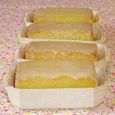 Petits cakes à l'orange et aux amandes ' 100g de beurre demi sel 200g de sucre 3 oeufs 120 g de poudre d amandes  i petite orange non traitée 120g de maizena 150gde sucre glace et 1/2 jus d orange