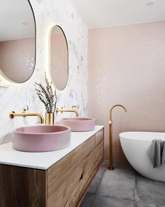 We're so thrilled to see this stunning bathroom come to life 💕💕 marbre gris et vasque rise robinet laiton pour une salle de bain originale et élégante #tileperfection #bathroomdesign #bathroombliss #pinkbathroom #pinkinterior