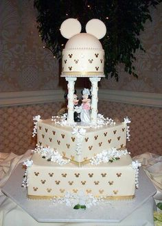 cute Mickey and Minnie Mouse wedding cake