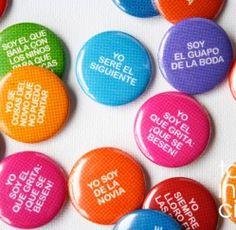 """SET DE 50 CHAPAS DIVERTIDAS """"FRASES DE BODA""""   Todoinvitacion, invitaciones originales"""
