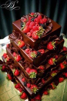 Delicioso bolo de chocolate com morangos.