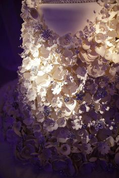 Beautiful and intricate details on a wedding cake.