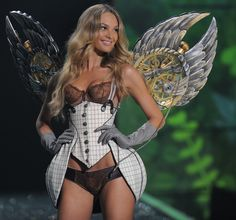 Candice Swanepoel @ 2009 Victoria's Secret Fashion Show     Photo credits : TIMOTHY A. CLARY/AFP/Getty Images
