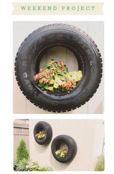 Projeto de fim de semana: Plantadores de pneus. Projeto DIY encontrado em Charme Reencontrado. Ciclo de alta desses pneus e velhos planos fazer uma bela peça central para o seu quintal! Veja como.