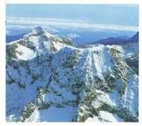 Muchos de los picos de los Andes Colombianos y de la Sierra Nevada de Santa Marta, sobrepasan los 5000 msnm y por lo tanto están cubiertos de nieves perpetuas.