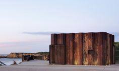 """Assinado pelo arquiteto Tony Hobba, o projeto do quiosque """"Third Wave"""", no litoral da Austrália, presta reverência à paisagem e à cultura de praia. As condições naturais determinaram a sua aparência final e escultural integrado com o ambiente circundante."""