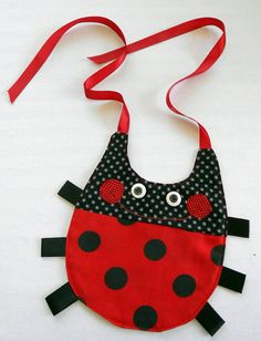 Ladybug Baby Bib so easy to make.  Cute idea and it can turn into a bug bib for a boy. baberos bebe, juli babi, babi bib, ladybug babi, babi girl, baby bibs, babies clothes, cute bibs, kid