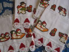 Barrado em croche branco, capricho e sofisticação. O Natal está chegando!! Faça um carinho pra você e sua casa, receba a família e os amigos com produtos graciosos, delicados e de bom gosto!! Seja mais um motivo dos comentários nas reuniões natalinas!!! Aplique em pano de prato em tecido 100% algodão.; as estampas podem variar de acordo com o material disponível para confecção. Uma graça para sua cozinha, um agrado para sua casa! R$ 25,00