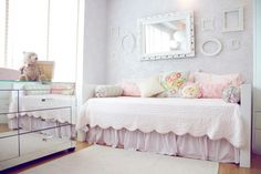 Love the simple #gallerywall above the daybed. #nursery