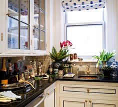 i'm liking the black trim on these white kitchen cabinets with brass hardware. #kitchen #cabinets