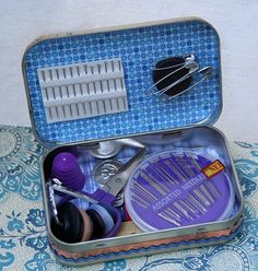Altered Altoid tin sewing kit; so cute! :) Would make a great gift, too! :)