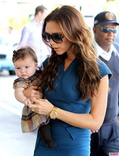Harper Beckham, hangin' with her mama