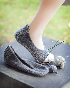 Slipper the second takes shape! I think knitted slippers are going to be a thing for me this year, these are rather marvelous. knit slippers, knitted slippers, hunter slipper