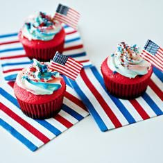 Flag Cupcakes (via www.foodily.com/r/8tgE4DGKd)