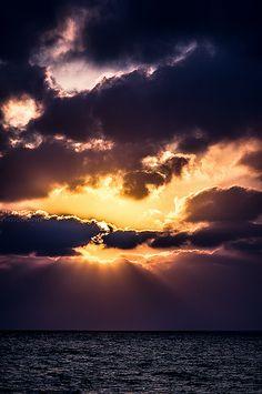 Christus, dein Licht verklärt unsere Schatten, lasse nicht zu, dass das Dunkel zu uns spricht. Christus, dein Licht erstrahlt auf der Erde, und du sagst : Auch ihr seid das Licht.