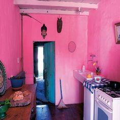 Cozinha cor de rosa.