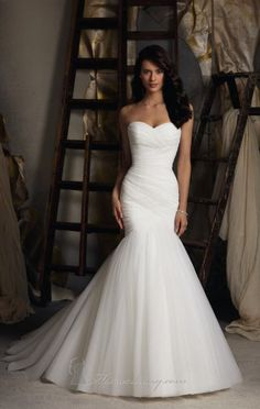 Beautiful mermaid, form-fitting wedding dress! Would look perfect with a lace veil :) Simple and elegant