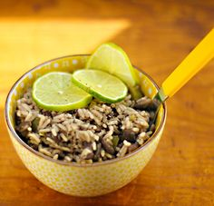 Moros y cristianos (Cuban black beans and rice, with garlic and lime).