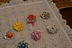 Broches realizados con chapas de refrescos y cintas de colores. Todos de mi creación.