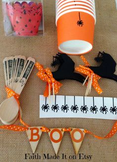 FREE SHIPPING  Halloween party set by FaithMadeIt, $15.00 #vinyl, #woodenpennant from #Pickyourplum