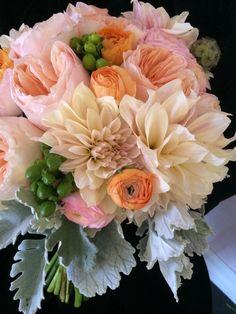 Close up #cafeaudelaitdahlias #bridalbouquet #bellablooms