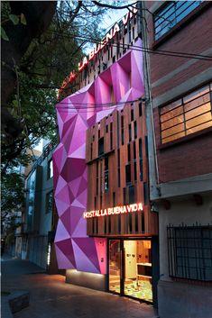 Hostal La Buena Vida por ARCO Arquitectura Contemporánea. Debido al gran desarrollo económico de la colonia Condesa, en la ciudad de México, se decidió construir en 2011, Hostal La Buena Vida; en la calle de Mazatlán. La fachada rodeada de textura y color, para ser vista desde cualquier ángulo de la calle. Conformada por figuras geométricas, en tonos rosa mexicano, simboliza empaques de dulces.  http://www.podiomx.com/2012/06/hostal-la-buena-vida-por-arco.html