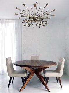 Mesa, cadeiras e luminária