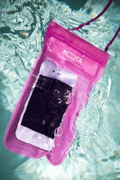 Waterproof Smartphone Case // protect your phone at the pool or the beach - genius! #product_design