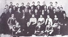 Liceo Cavour, 1900, foto di classe.   Eugenio Colmo è in piedi, l'ultimo a destra della fila centrale, dall'alto del suo 1,92.