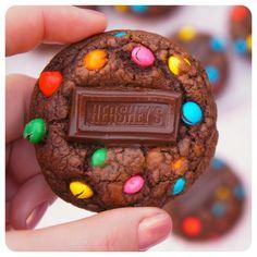 cookies de chocolate com confeito e hershey's