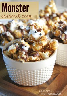Monster Caramel Corn #hallowen #halloweenrecipes #googlyeyes